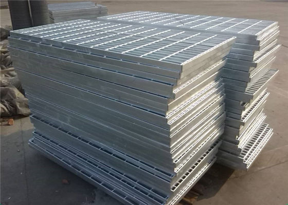 China Flat Stair  Gully  Galvanized Serrated Grating 30 X 4mm With 6X6 Or  8X8mm Bar supplier